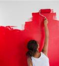 femme peignant un mur en rouge