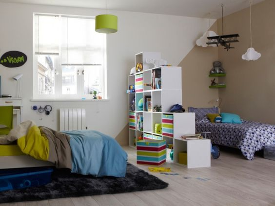 Des étagères en esclaiers pour séparer les deux espace de la chambre partagée
