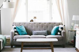 canapé gris dans un salon